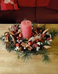 Arrangement de Noël avec bougie rose