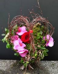 Arrangement en coeur avec orchidee et rose rouge