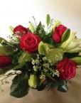Arrangement rose rouge, lys et verdure_1