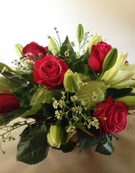 Arrangement rose rouge, lys et verdure_1