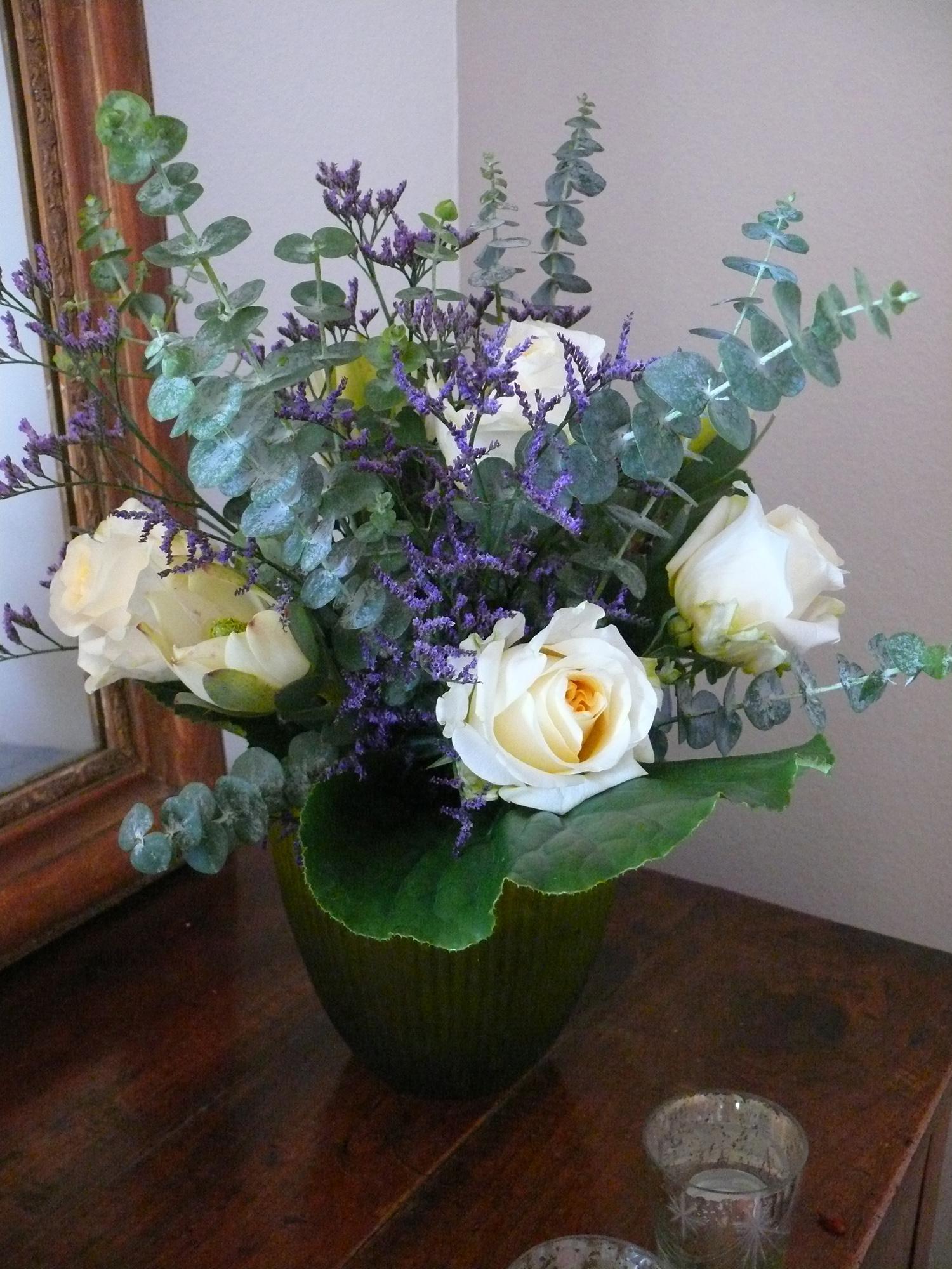 bouquet de roses blanches et eucalyptus floral design. Black Bedroom Furniture Sets. Home Design Ideas