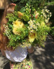 Bouquet bohème jaune et vert avec chrysanthèmes, lys, camomille, rose et pivoine